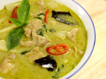 A bowl of Thai green curry chicken