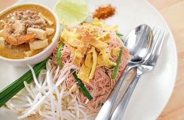 Pink Noodles w/ Coconut Gravy (mee gati) หมี่กะทิ